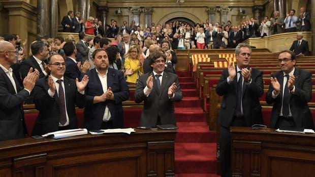 Puigdemont y funcionarios catalanes, ayer, tras la votación