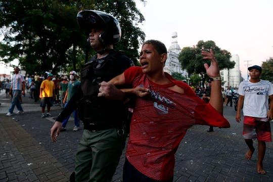 Un policía arresta a un hombre durante una protesta contra la Copa de las Confederaciones en Recife. Foto: Reuters