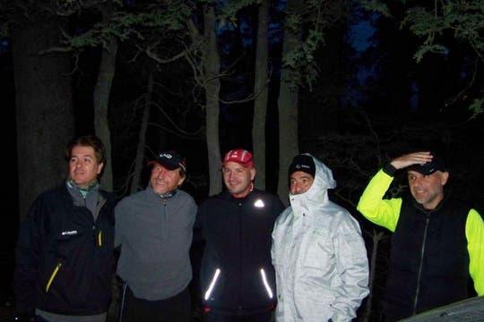 """""""Aquí hay foto del grupo, en la madrugada antes de la competencia (mucho frío), listos para empezar a correr"""". Foto: www.ricardoechegaray.com.ar"""