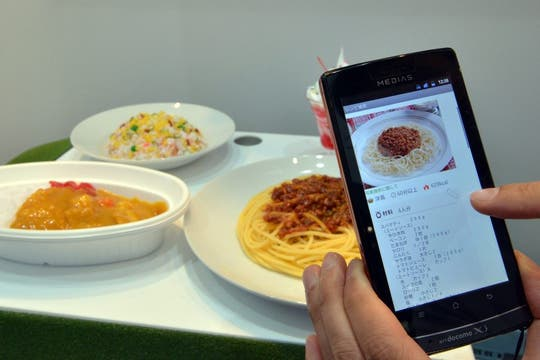 NEC mostró una aplicación capaz de reconocer un plato de comida y cargar información adicional, como sus ingredientes y modo de preparación. Foto: AFP