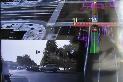 El sistema de Google Car y su funcionamiento en trazados urbanos, con cruces de peatones, límites de velocidad y señales de tránsito. Foto: AFP