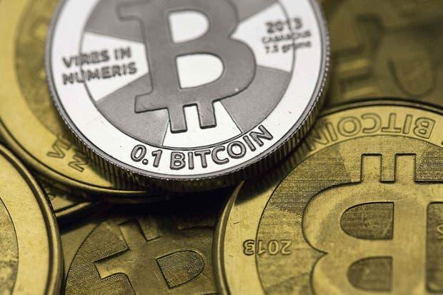 Una representación física del bitcoin, la moneda electrónica que llamó la atención de las autoridades argentinas