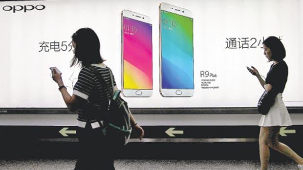 Tiendas físicas y una intensa publicidad en todas partes han convertido a Oppo en la marca de 'smartphones' de mayor crecimiento en China este año.