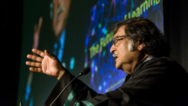 Sugata Mitra, al recibir el doctorado Honoris Causa de la Universidad Siglo 21