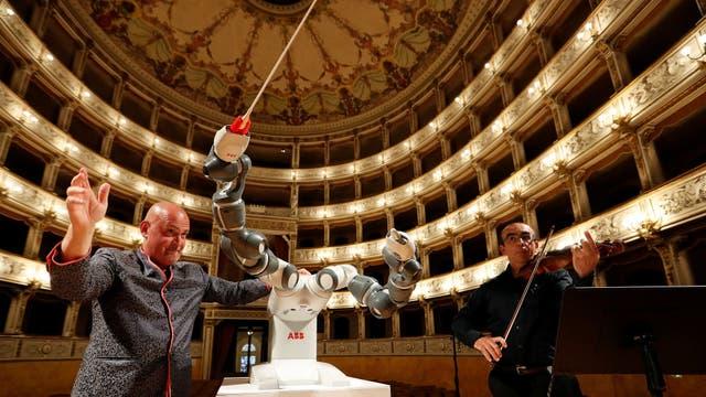 Andrea Colombini, entrenador del robot YuMi, junto al director de orquesta y primer violinista Claudio Cavalieri durante un ensayo en el Teatro Verdi de Pisa, Italia