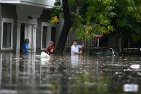 A las 10.30, tres vecinos de Núñez con el agua hasta la cintura, en Crisólogo Larralde al 2600; los autos, sumergidos