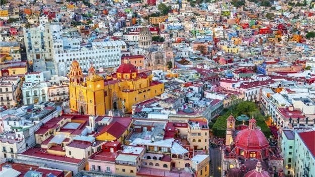 La edificación amarilla es la Basílica Colegiata de Nuestra Señora de Guanajuato, uno de los edificios más emblemáticos de la ciudad