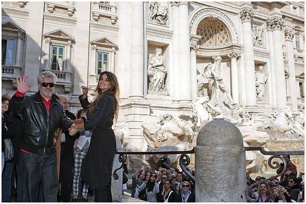 ¿Hora de pedir un deseo? Penélope Cruz y Pedro Almodovar posaron para las fotos (profesionales, de fans y curiosos) durante la presentación de Los abrazos rotos Italia.