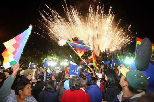 Evo Morales renovó su mandato en Bolivia por una aplastante diferencia y la gente salió a festejar a las calles. Foto: EFE