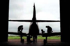 El viejo Pulqui I es restaurado en los hangares de la base aérea de Morón; lo exhibirán en el museo aeronáutico