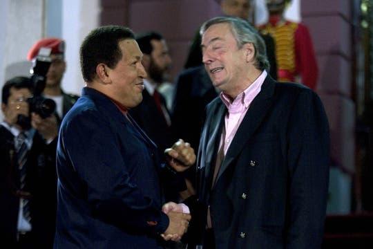 Néstror Kirchner junto a Hugo chávez, presidente de Venezuela, durante una visita , 5 de agosto de 2010. Foto: EFE