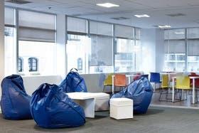 Ambiente luminoso y espacios para trabajar en un muy buen ámbito