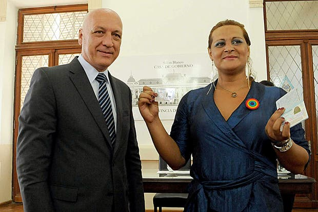 Alejandra Ironici recibió este año su DNI de manos del gobernador santafesino Antonio Bonfatti