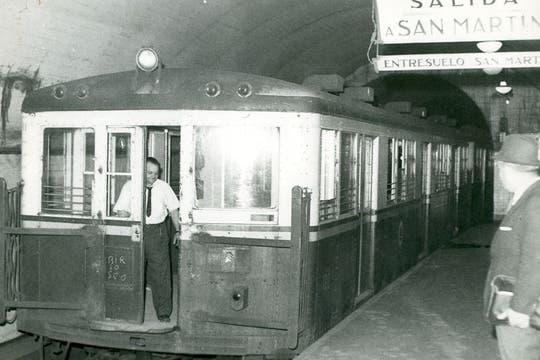 Formación de la Línea C entrando a la estación; mayo de 1966.. Foto: Archivo