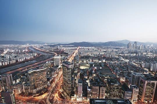 Imponencia. Al anochecer, una vista de la ciudad y más allá, desde uno de los tantos rascacielos. Foto: Corbis