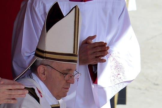Durante una bendición, en la misa inaugural. Foto: AFP