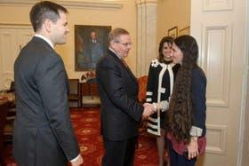 Yoani Sánchez saluda al senador demócrata Bob Menéndez durante una reunión en su segundo día de visita a Washington, D.C.