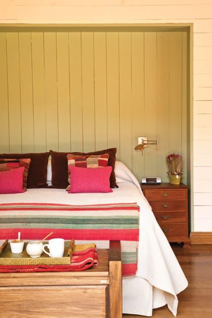 Al pie de la cama, un mueble de líneas modernas (Villatte) sirve como espacio de apoyo y de guardado.  Foto:Living /Javier Csecs