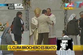 En el altar, la familia del niño cordobés curado por el sacerdote Brochero