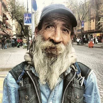Pachi Tamer le saca fotos a personas en situación de calle, sube las fotos a su cuenta de Instagram y cuenta sus historias. Foto: Pachi Tamer