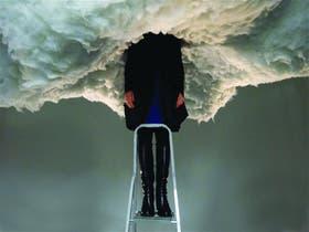 Nube de humo, de Peter de Cupere. Un registro de la instalación ilustra la tapa del catálogo de la muestra La importancia de ser... que se exhibirá en el Macba
