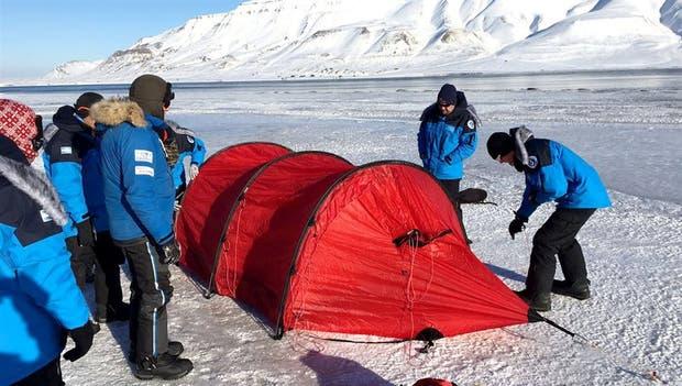 El equipo ensaya el acampe sobre el hielo de Longyearbyen, en el archipiélago de Svalbard