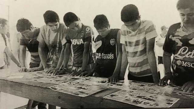 Un grupo de chicos mira los afiches que eran parte de los cursos de formación manejados por La Cámpora