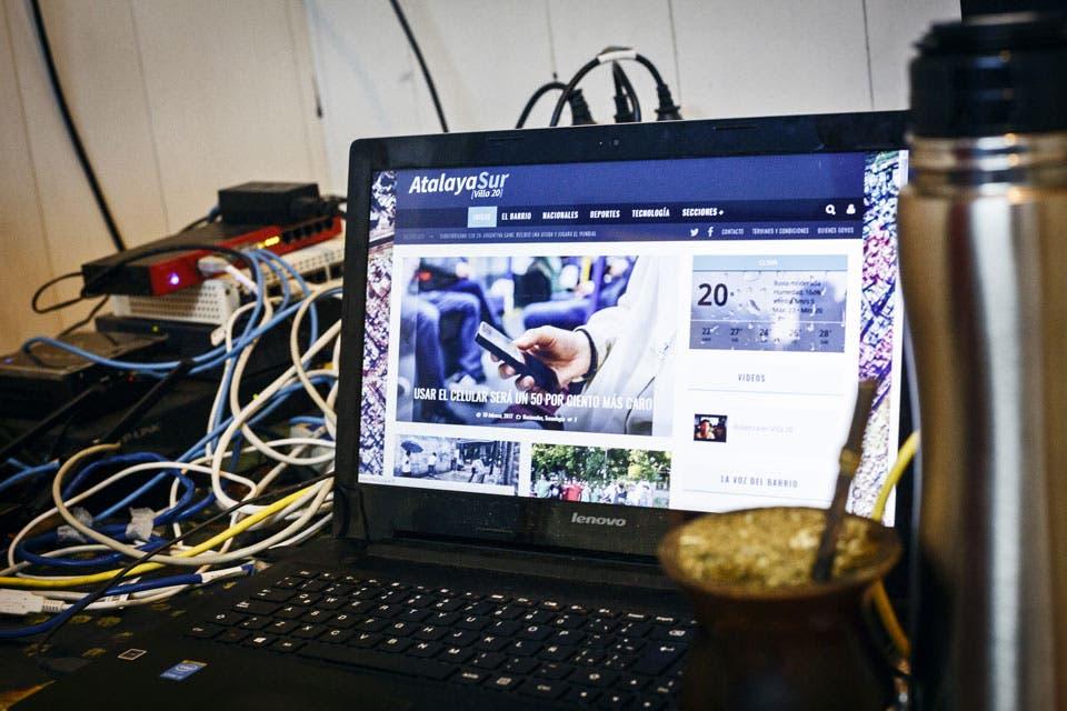 ¿Cómo llevar internet a los barrios periféricos cuando no es un negocio? Atalaya Sur es una red cooperativa y libre que más de 600 personas usan por día en Villa Lugano. Sus fundadores, sin conocimientos previos, ya reprodujeron el proyecto en La Quiaca.