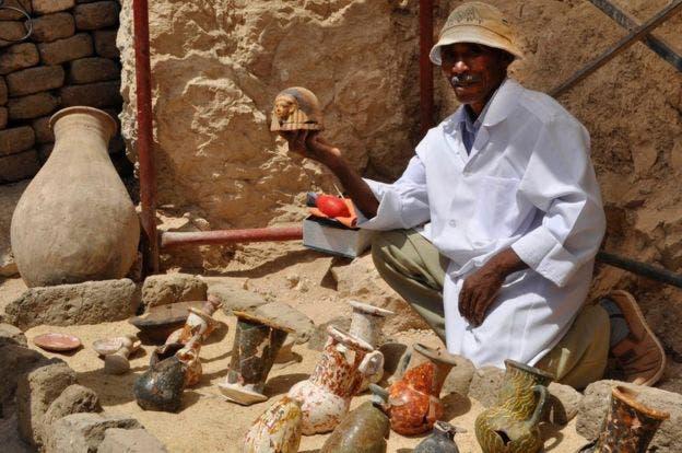 Otros artefactos, entre ellos varias vasijas de barro, fueron hallados en la tumba del Valle de los Reyes en Luxor.