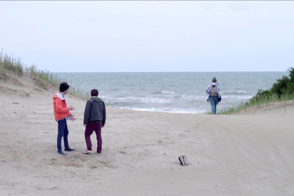 En Pinamar, Federico Godfrid narra una historia de amor en medio del duelo de dos hermanos que llegan a la ciudad balnearia de su infancia a desprenderse de las cenizas de su madre.