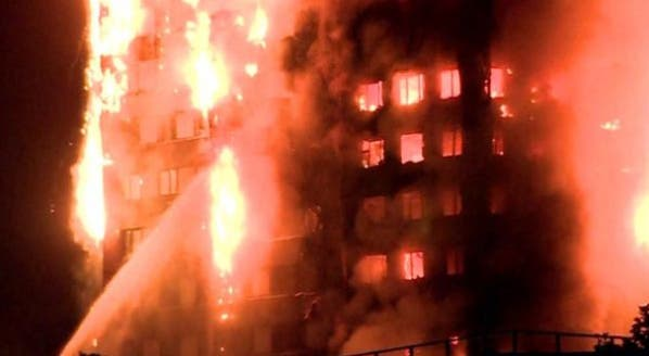 Gran incendio devora un condominio de Latimer Road — Londres
