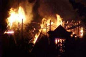 Un vecino de San Isidro tomó esta imagen de la Villa Ocampo anoche, envuelta en llamas