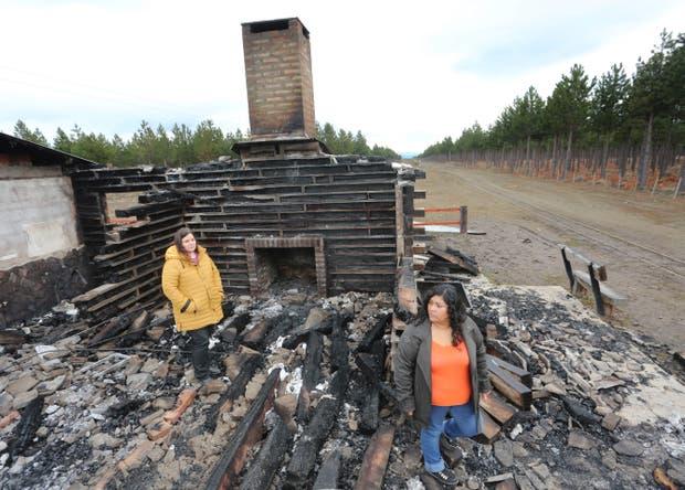 Susana Lara y Yanina Sanpedro recorren la estación de La Trochita incendiada por el grupo mapuche RAM