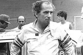 Martínez Boero, apoyado en el auto campeón de 1982