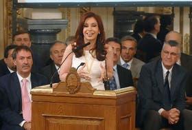 Cristina Kirchner, ayer, al hacer el anuncio; a su lado, los gobernadores Schiaretti (Córdoba) y Gioja (San Juan)