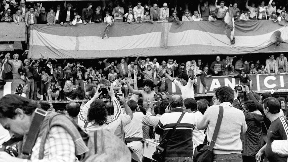 15-8-1981: celebración del título, tras el empate 1 a 1 con Racing; detrás de Maradona, Córdoba. Foto: LA NACION