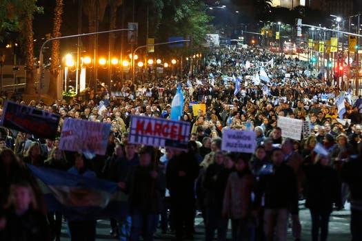 Con menor adhesión que en otras oportunidades, los manifestantes convocados por el 8A marcharon desde el Obelisco hacia la Plaza de Mayo. Foto: Reuters