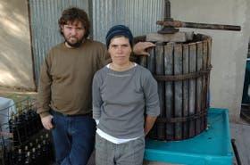 """Virginia Leopardi y Alejandro Schettini producen vinos artesanales en San Rafael: """"Es importante que se empiece a hablar de los problemas que ocasiona este tipo de minería""""."""