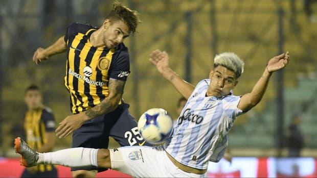 Maxi González y Favio Álvarez luchan por la pelota