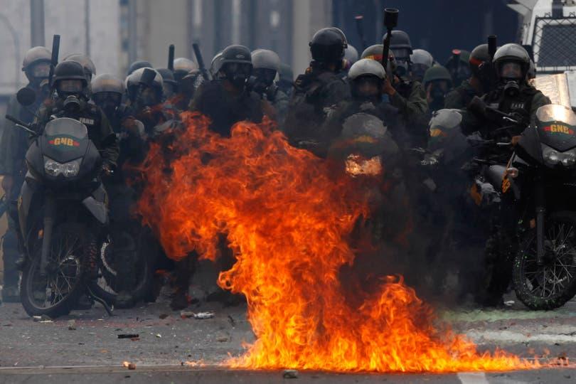 Casi 300 detenidos están en manos de jueces y fiscales de la corte marcial, acusados de instigación a la rebelión. Foto: AP / Fernando LLanos
