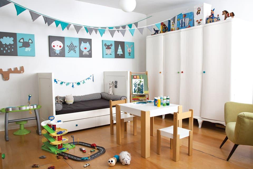 Una mesa con sillas blancas y patas de madera ($3.000, El Gusanito Kids) ocupa el centro del cuarto. Al lado, sonajero en forma de gusano ($90) y pelota puercoespín ($110, todo de Quiut!).  /Magalí Saberian