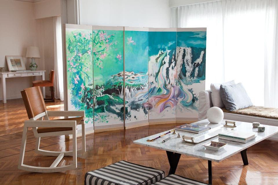 Un biombo se transforma en punto focal al ser soporte de una buena obra de arte, en este caso, de Paula Senderowicz.  Foto:Living /Archivo LIVING