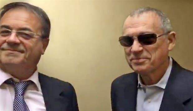 Stiuso, junto a su abogado, apareció en los tribunales con anteojos oscuros y distendido