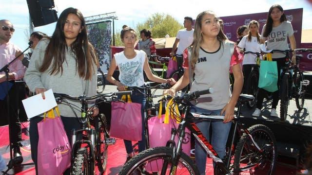 El primer paso lo dio la comuna de Godoy Cruz que regaló bicicletas para abanderados y escoltas de todo el departamento