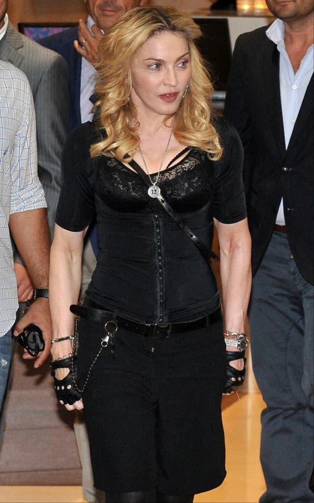Madonna, toda de negro