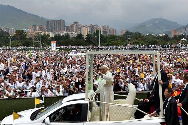 Francisco saludó desde el papamóvil al llegar al aeropuerto de Medellín