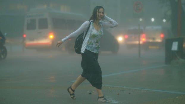 Llegó la tormenta a la Ciudad: la temperatura bajó 14 grados y hay calles anegadas. Foto: LA NACION / Hernán Zenteno