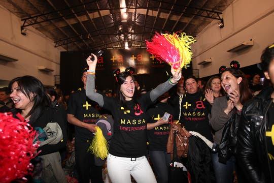 """El massismo armó una fiesta para todos los presentes; cánticos de cancha, globos y banderas, muchas fórmulas """"+ a"""" y un recital de Damas Gratis, coronaron la velada. Foto: LA NACION / Silvana Colombo"""