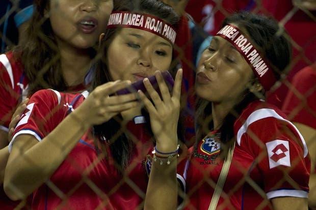 La recorrida fotográfica de canchallena por las eliminatorias de todo el mundo: hinchas belgas, venezolanas, chilenas, honduerñas y panameñas.  Foto:AFP