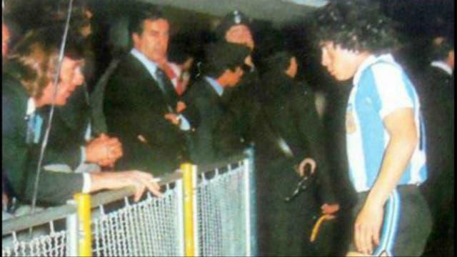 Una postal de 1977: Maradona, con apenas 17 años en la cancha de Boca, recibe las instrucciones de Menotti
